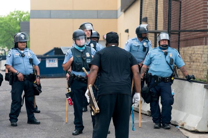 מפגין מתעמת עם שוטרים במיניאפוליס, ב-28 במאי 2020 (צילום: Lorie Shaull, CC BY-SA 2.0)