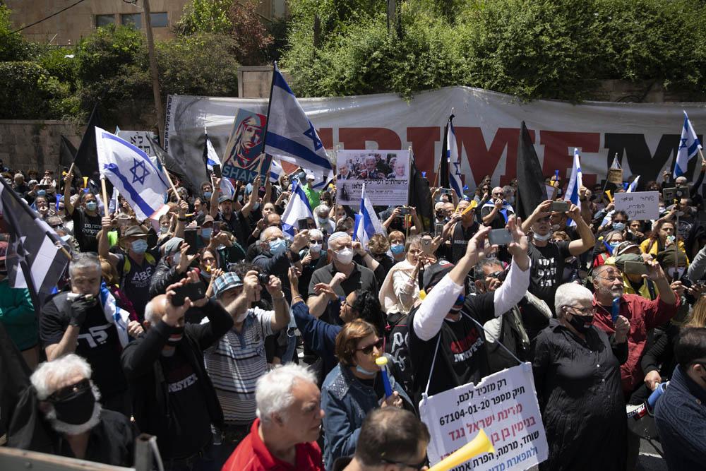הפגנה נגד השחיתות במהלך פתיחת משפטו של נתניהו, מחוץ למעון ראש הממשלה בירושלים (צילום: אורן זיו)