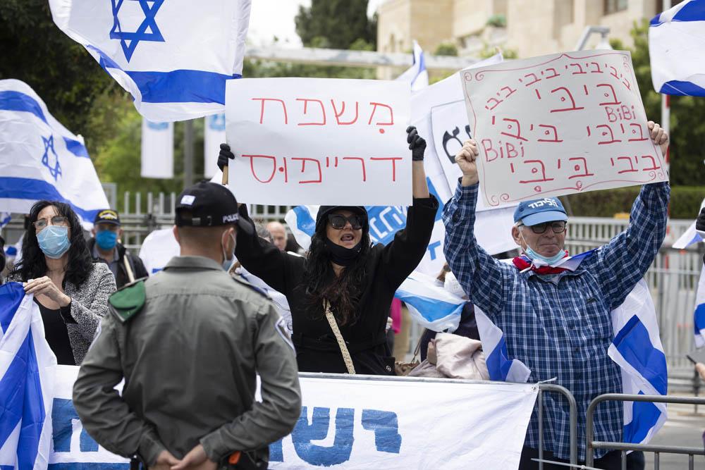 הפגנת תמיכה בנתניהו במהלך פתיחת משפטו של נתניהו, מחוץ למעון ראש הממשלה בירושלים (צילום: אורן זיו)