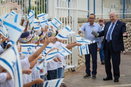 """נשיא המדינה, ראובן ריבלין, מבקר בבית הספר דתי בתחילת שנת הלימודים, ב-2 בספטמבר 2018 (צילום: מארק ניימן / לע""""מ)"""