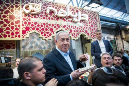 ראש הממשלה, בנימין נתניהו, מבקר בשוק מחנה יהודה בירושלים לפני הבחירות, ב-28 בפברואר 2020 (צילום: יונתן זינדל / פלאש90)