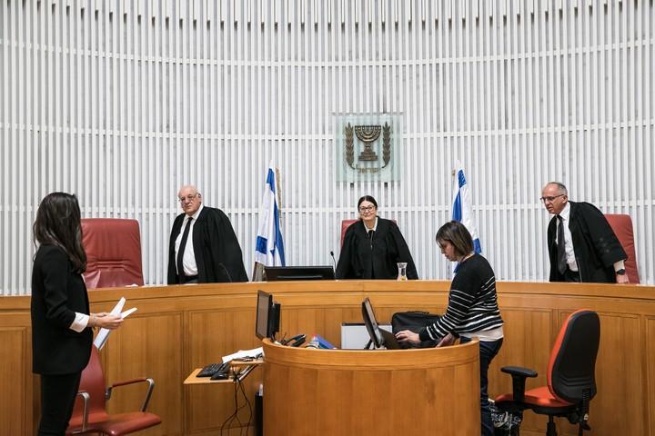 """שופטי בית המשפט העליון בדיון בעתירה נגד התקנה המאשפרת לשב""""כ לעקוב אחרי אזרחים, ב-19 במרץ 2020 (צילום: אוליבייה פיטוסי / פלאש90)"""