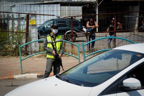 שוטר ברחוב בדיר אלאסד בזמן סגר הקורונה, ב-15 באפריל 2020 (צילום: באסל עווידאת / פלאש90)