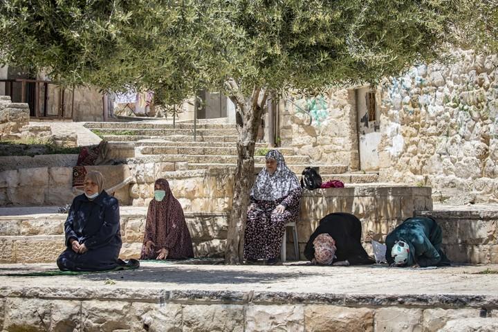 נשים מוסלמיות מתפללות ברמדאן, ב-1 במאי 2020 (צילום: אוליבייה פיטוסי / פלאש90)