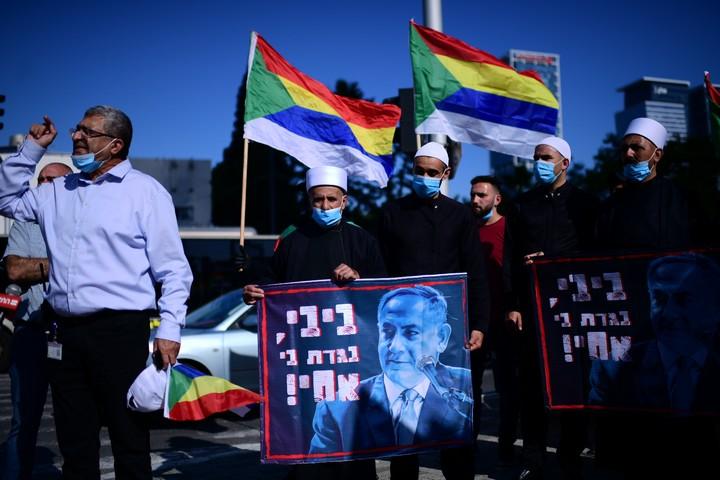 חברי הקהילה הדרוזית מוחים בדרישה לסיוע כלכלי בצומת עזריאלי בתל אביב, ב-10 במאי 2020 (צילום: תומר נויברג / פלאש90)
