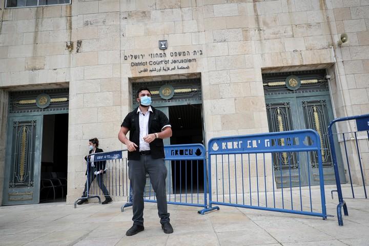 איש אבטחה מחוץ לבית המשפט המחוזי בירושלים, שם עומד ראש הממשלה, בנימין נתניהו, למשפט, ב-24 במאי 2020 (צילום: יונתן זינדל / פלאש90)