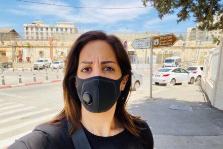 כתבת הטלוויזיה הפלסטינית קריסטין רינאווי, לפני חקירתה החמישית במשטרה, ב-11 במאי 2020 (צילום: באדיבות רינאווי)