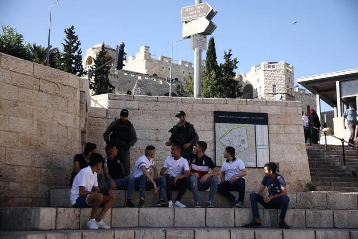 שוטרים מפנים פלסטינים מאזור שער שכם, לקראת מצעד הדגלים, ב-21 במאי 2020 (צילום: אורן זיו)