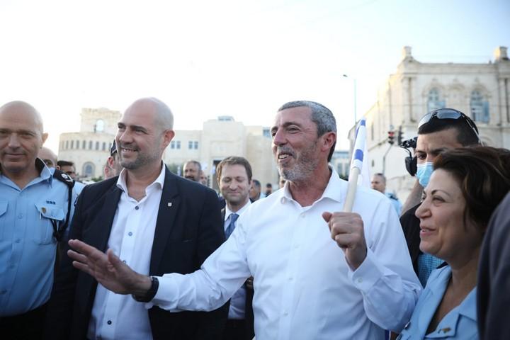 השר לענייני ירושלים רפי פרץ (מימין) והשר לביטחון פנים אמיר אוחנה, במצעד הדגלים בירושלים, ב-21 במאי 2020 (צילום: אורן זיו)