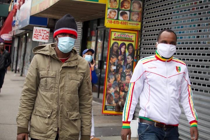 שיעור האפרו-אמריקאים שמתו מקורונה כפול משיעור הלבנים. רחוב בניו יורק בזמן המגפה (צילום: פמלה דרו CC BY NC 2.0)