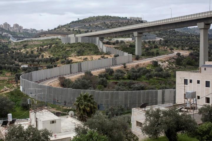 כבישים עוקפים, חומות וגדרות נבנו כדי להבטיח שילוב מלא של ההתנחלויות עם הגוף המדינתי המרכזי (צילום: אחמד אל-באז / אקטיבסטילס)