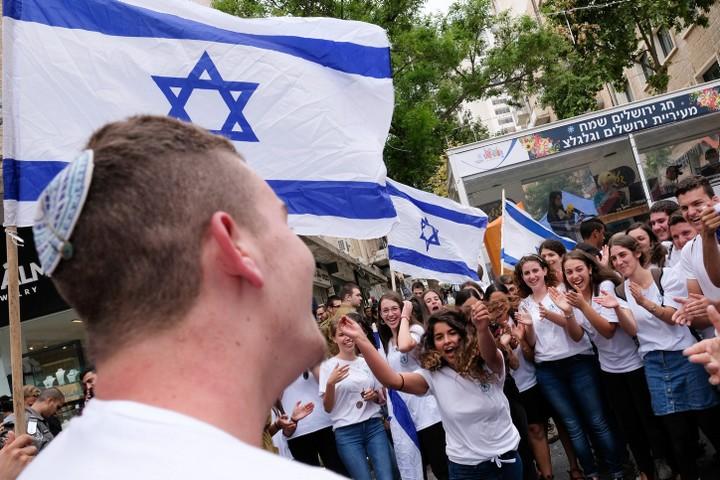ישראל היא מדינה מרובת תרבויות, אבל לא רב-תרבותית. יש הבדל. תלמידים במצעד הדגלים בירושלים (צילום: נתי שוחט / פלאש 90)