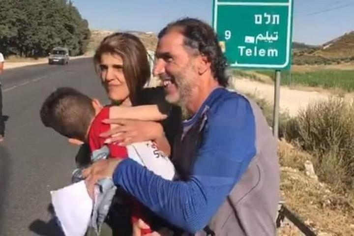 סלאח חוסיין נפגש עם רעייתו ובנו לאחר השחרור (באדיבות רשת אלקודס לתקשורת)