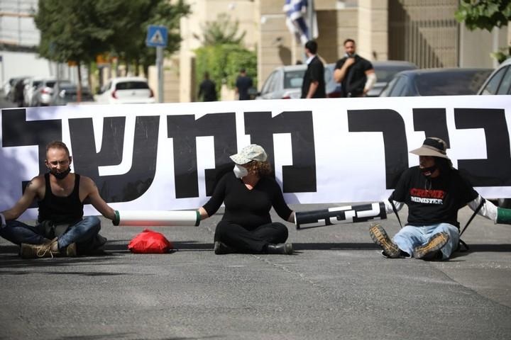 """מפגינים נגד """"חוק הקורונה"""" בכניסה למשרד החוץ שם התקיימה ישיבת הממשלה (צילום: אורן זיו)"""