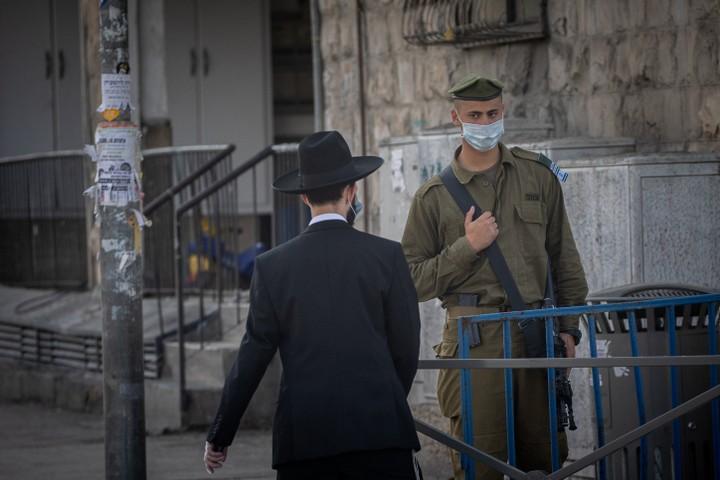 בישראל היה ברור שצריך לערב את הצבא. חייל בצומת בר אילן בירושלים (צילום: יונתן זינדל / פלאש 90)