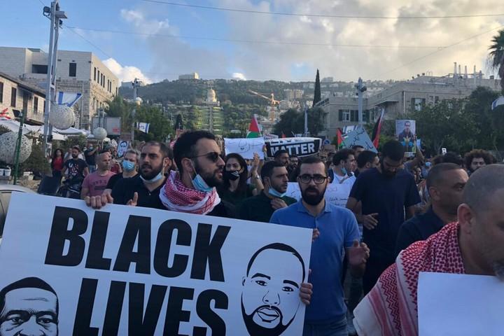 חיבור ישיר בין ירושלים למיניאפוליס. מפגינים בחיפה נגד אלימות משטרתית (צילום: ארי רמז)