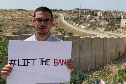 לא-דיון התקיים בנוכחותו של לא-אדם. ליית' אבו זיאד על רקע החומה באל-עזריה (צילום: אמנסטי אינטרנשיונל)