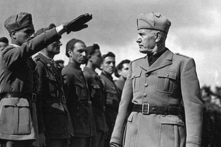 יהודים איטלקים רבים נשבו בקסם הפאשיזם. בניטו מוסוליני סוקר כוחות איטלקיים באתיופיה (צילום מוויקיפדיה)