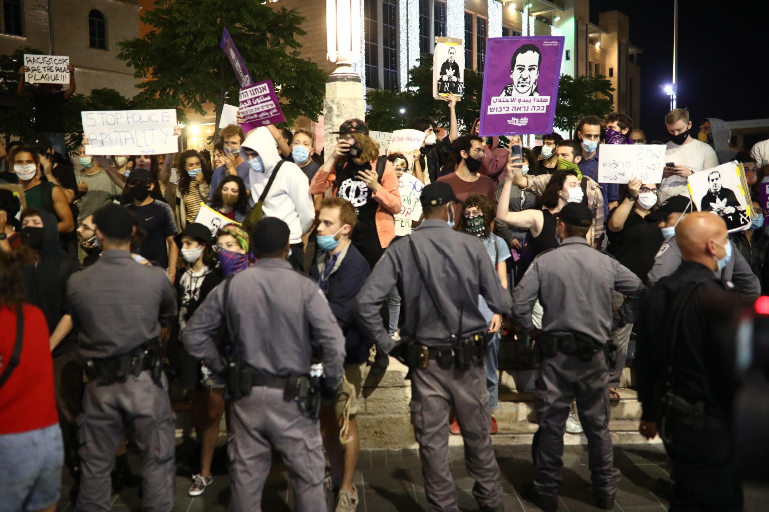 מפגינים בכיכר ספרא בירושלים במחאה על רצח איאד אלחלאק (אורן זיו)