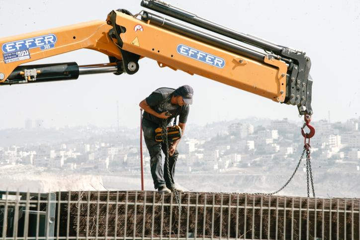 המרוויחים העיקרים יהיו תושבי ההתנחלויות הקרובות לקו הירוק. פועל פלסטיני בהתנחלות תל ציון בגדה המערבית (צילום: פלאש 90)