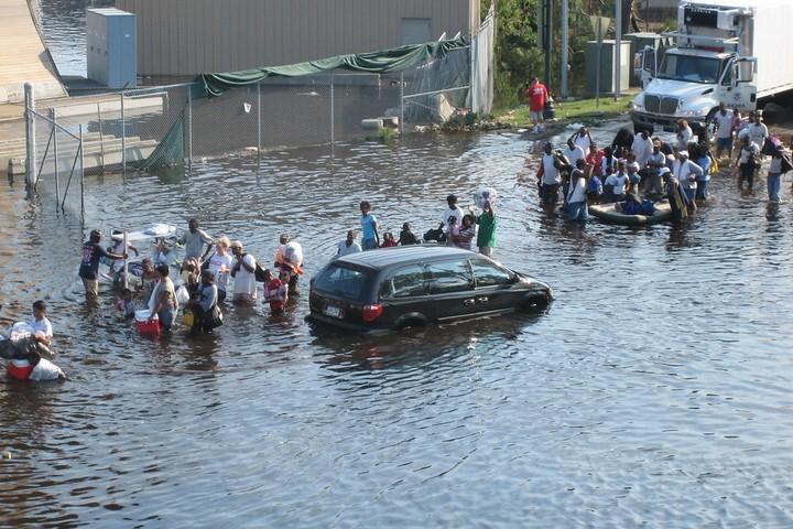 דווקא בגלל ששינוי האקלים פוגע באוכלוסיות שונות באופן שונה, כל המאבקים השונים של קבוצות מדוכאות הדורשות יחס אנושי הם חלק ממאבק האקלים. נפגעי הוריקן קתרינה (News Muse CC BY-NC-ND 2.0)
