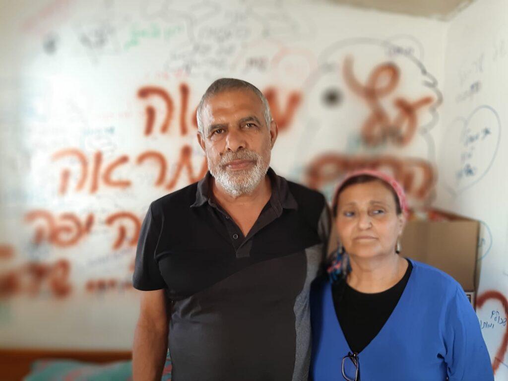 הוריו של שיראל חבורה, אריאלה ויואל, בבית בראש העין (צילום: כרמן אלמקייס-עמוס)