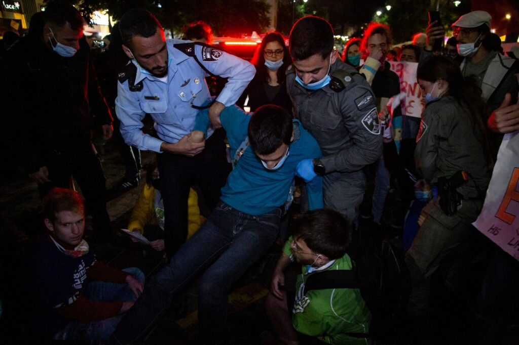 שוטרים מפנים מפגינים מהכבישבמהלך מחאה נגד אלימות משטרתית במרכז ירושלים, 2 ביוני 2020 (צילום: אקטיבסטילס)