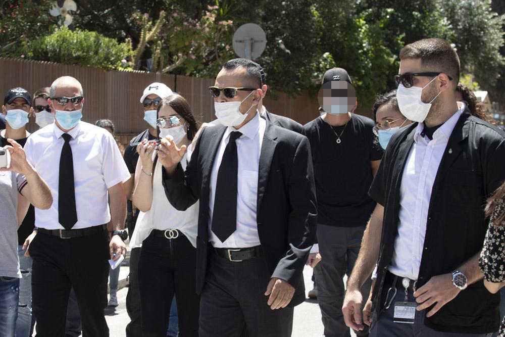 השופט זיאד פלאח והשוטר שירה בסלומון טקה (מימין) במהלך סיור בזירת הירי בקריית חיים, 23 ביוני 2020 (צילום: אורן זיו)