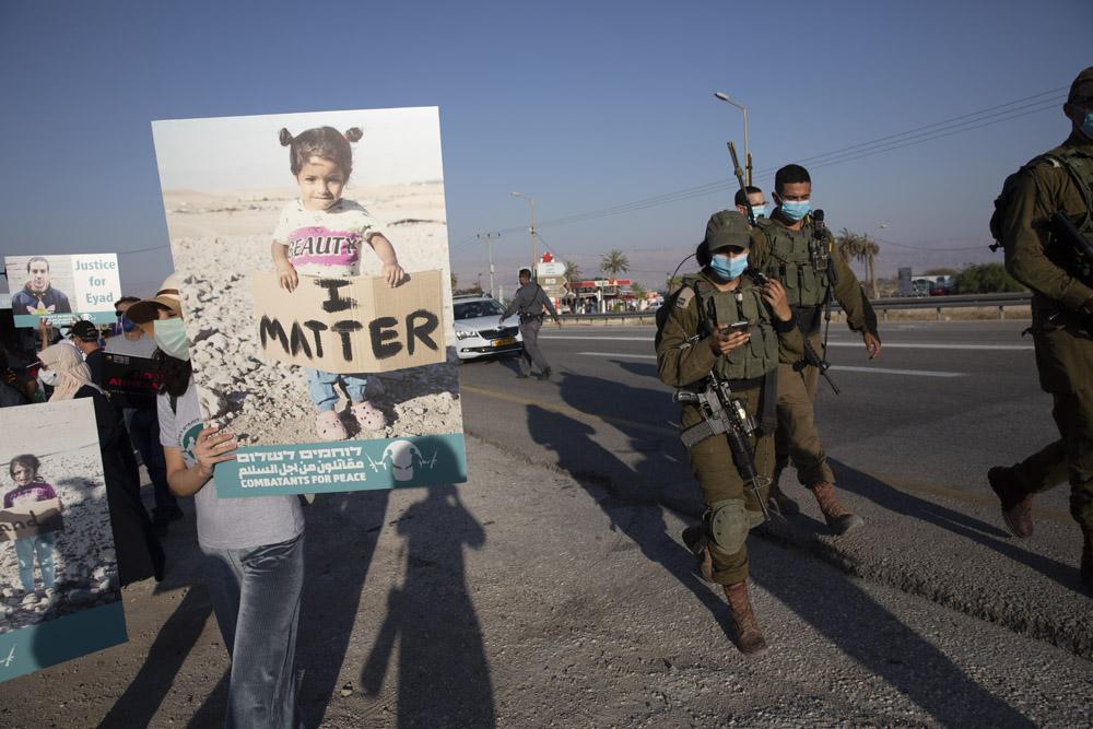 פלסטינים וישראלים מפגינים נגד הסיפוח בצומת אלמוג ליד ירחו, 27 ביוני 2020 (צילום: אורן זיו)