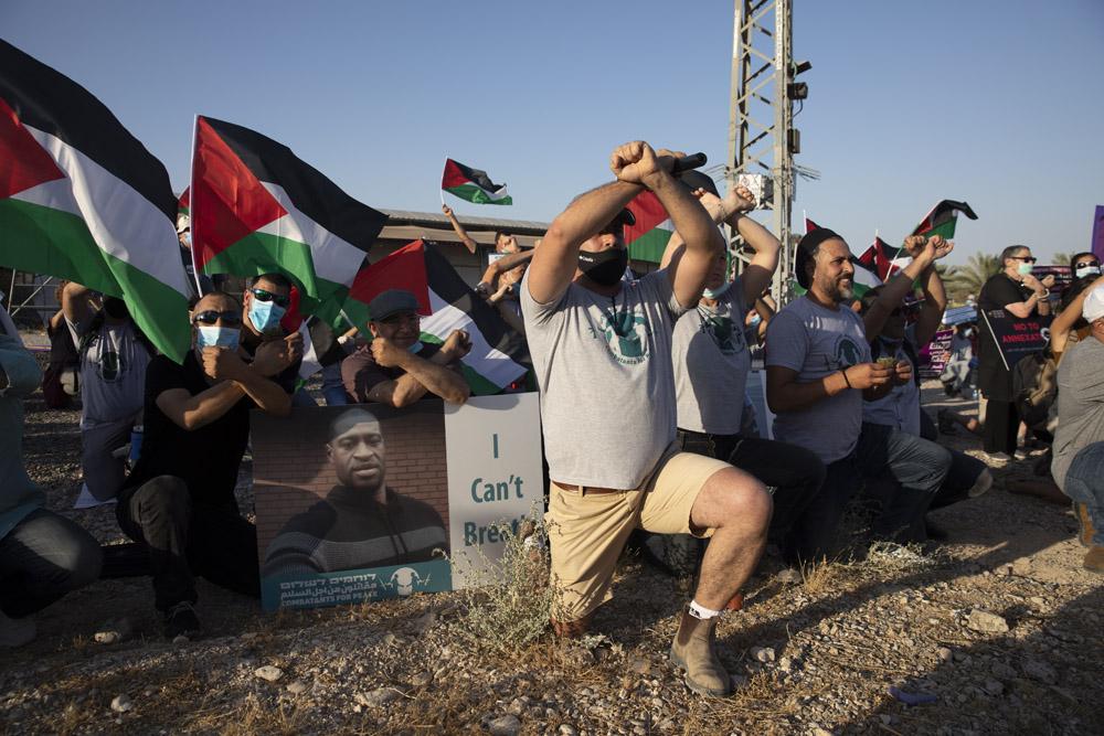 פלסטינים וישראלים מפגינים נגד הסיפוח בצומת אלמוג ליד יריחו, 27 ביוני 2020 (צילום: אורן זיו)