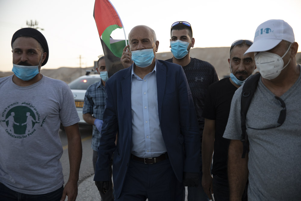 ג'יבריל רג'וב נואם בפני פלסטינים וישראלים מפגינים נגד הסיפוח בצומת אלמוג ליד יריחו, 27 ביוני 2020 (צילום: אורן זיו)