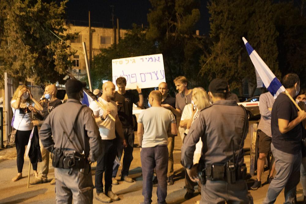 הפגנה מחוץ לבית משפט השלום בירושלים במהלך הדיון במעצר של אמיר השכל, גיל דניאלי וסדי בן שטרית, ב-27 ביוני 2020 (צילום: אורן זיו)