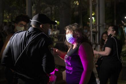 ספיר סלוצקר עמראן מדברת עם המשטרה לאחר שהותקפה באירוע הגאווה בכיכר רבין בתל אביב, 28 ביוני, 2020 (צילום: אורן זיו)
