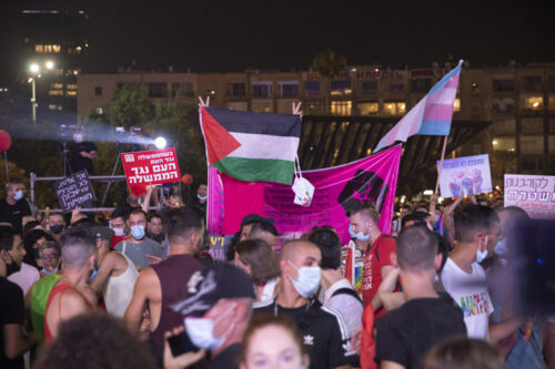 """בגלל דגל פלסטין: פעילה הותקפה באלימות בעצרת הגאווה בת""""א"""
