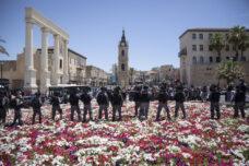 שוטרים בזמן מחאה ביפו נגד הרס בית הקברות אל-אסעאף, בסיום תפילת יום השישי, 5 ביוני 2020 (צילום: אורן זיו)