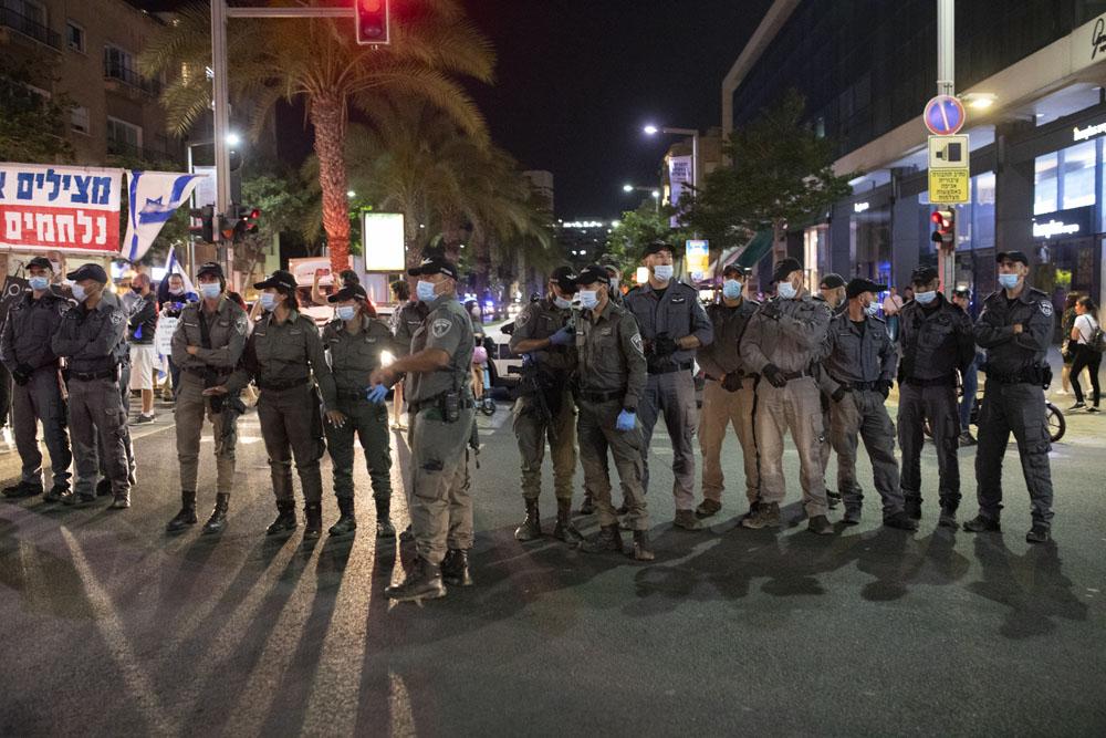 שטורים במהלך מחאה נגד ״חוק הקורונה״ בתל אביב (צילום אורן זיו)