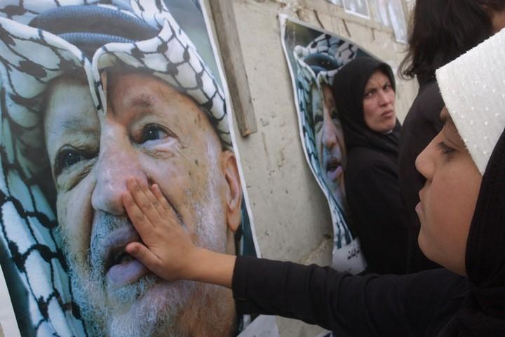"""נשים מתאבלות על מותו של יו""""ר הרשות הפלסטינית, יאסר ערפאת, מחוץ למוקטעה ברמאללה, בנובמבר 2004 (צילום: שרון פרי / פלאש90)"""