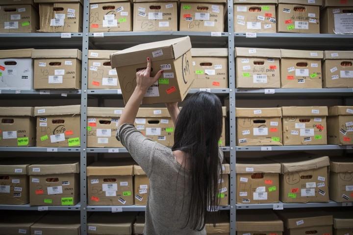 עובדת בארכיון הלאומי בירושלים מוציאה מסמכים מסווגים הקשורים לפרשת ילדי תימן, בדצמבר 2016 (צילום: יונתן זינדל / פלאש90)