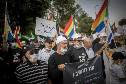 בני העדה הדרוזית מוחים מול הכנסת בדרישה לקבל סיוע כלכלי בעקבות הקורונה, ב-14 במאי 2020 (צילום: יונתן זינדל / פלאש90)