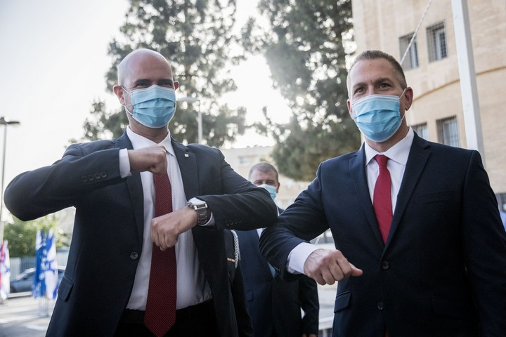 טקס חילופי שרים במשרד לביטחון פנים. מימין: השר היוצא, גלעד ארדן. משמאל: השר הנכנס, אמיר אוחנה, ב-18 במאי 2020 (צילום: יונתן זינדל / פלאש90)