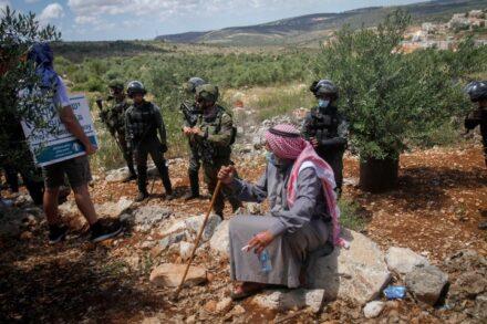 חיילים שומרים מול הפגנה פלסטינית נגד ההתנחלויות, ליד העיר סלפית בגדה המערבית, ב-29 במאי 2020 (צילום: נאסר אישתאיה / פלאש90)