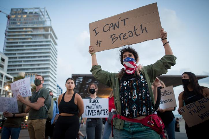 מפגינים מול הקונסוליה האמרקאית בתל אביב, 2 ביוני 2020 (צילום: תומר נויברג, פלאש 90)