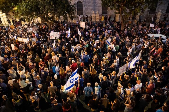 מפגינים למען שחרורו של אמיר השכל בירושלים, ב-27 ביוני 2020 (צילום: יונתן זינדל / פלאש90)