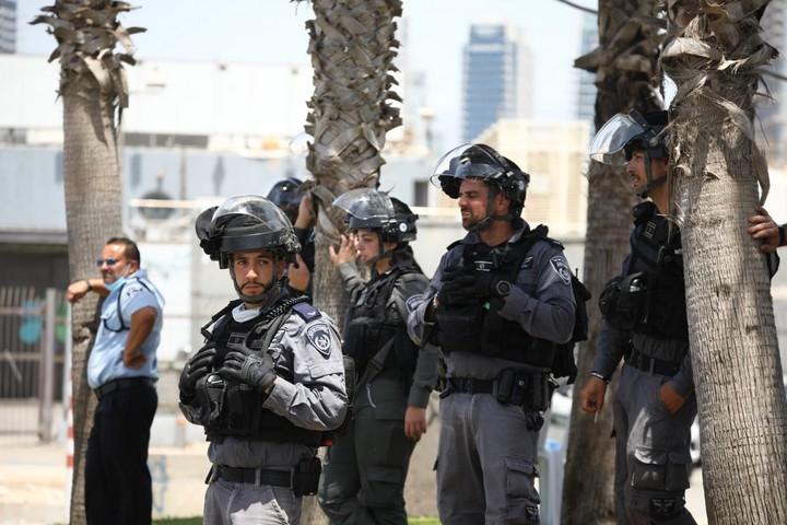 שוטרים מול מחאת תושבי יפו נגד הריסת בית הקברות אל-אסעאף, ב-17 ביוני 2020 (צילום: אורן זיו)