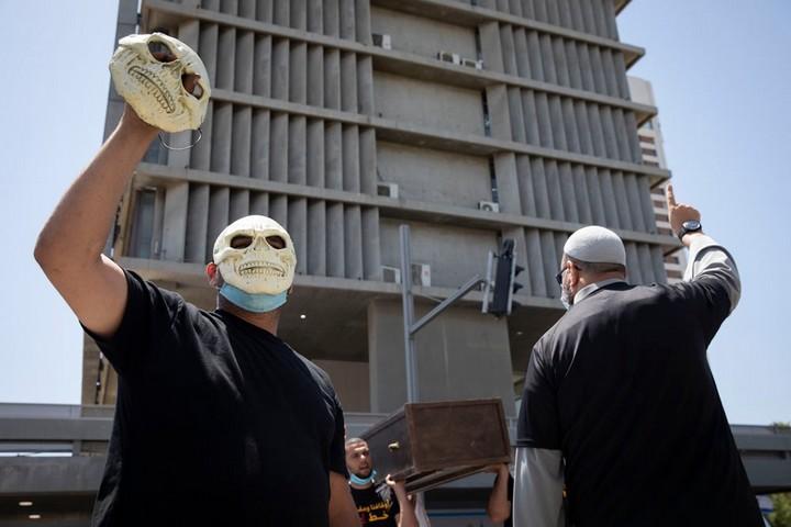 תושבי יפו מפגינים מול עיריית תל אביב במחאה נגד הריסת בית הקברות אל-אסעאף, ב-16 ביוני 2020 (צילום: אורן זיו)