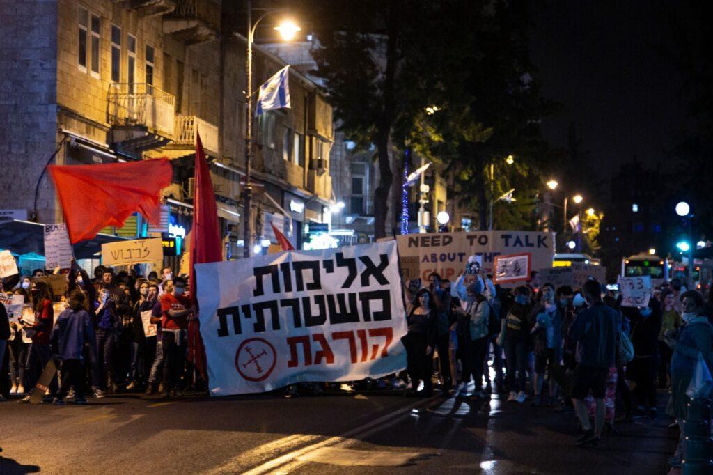 מפגינים חוסמים את כבישים במהלך הפגנה נגד אלימות משטרתית במרכז ירושלים, 2 ביוני 2020 (צילום: אקטיבסטילס)