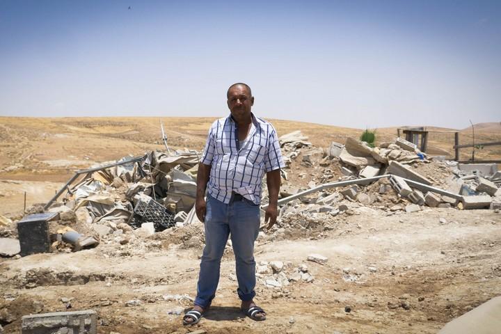 ח'אלד ליד הריסות ביתו בח'רבה אל-מרכז (צילום: רחל שור)