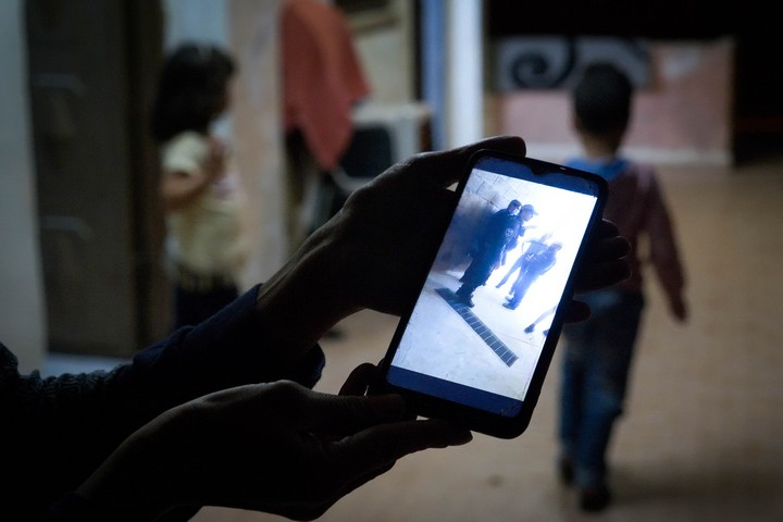אחמד ומנאל מראים תמונות מיום ההרס (צילום: רחל שור)