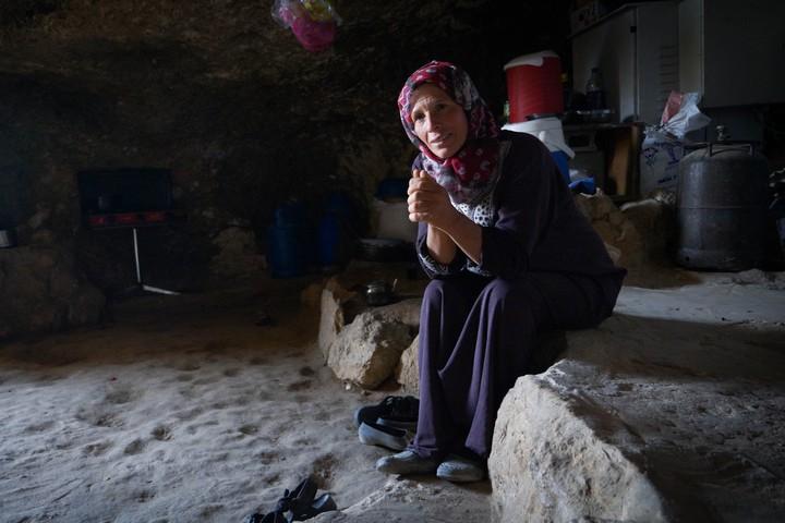 אוסמהאן מח'רבה אל-מרכז, במערה שבה חיה המשפחה (צילום: רחל שור)