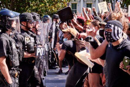 העימותים אחרי רצח ג'ורג' פלויד מזעזעים את אמריקה. מפגינים מול הבית הלבן בוושינגטון (צילום: ג'ף ליווינגסטון CC BY NC ND 2.0)